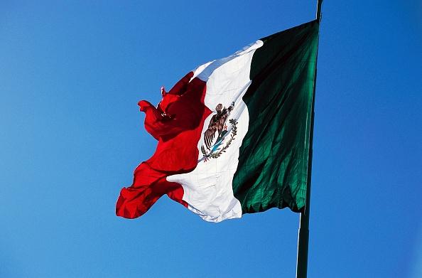 Toma de la bandera de México ondeando