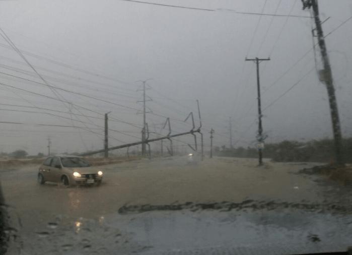 Torre de alta tensión afectada en vialidad de Monterrey por lluvias