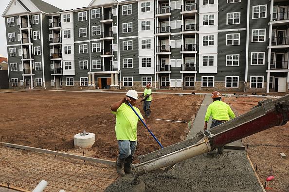 Trabajadores en patio en construcción de departamentos de lujo
