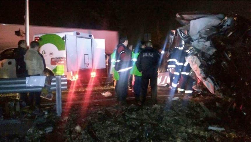 Tren impacta a camioneta y mata a 3