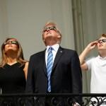 Trump y su esposa Melanie observan eclipse desde la Casa Blanca