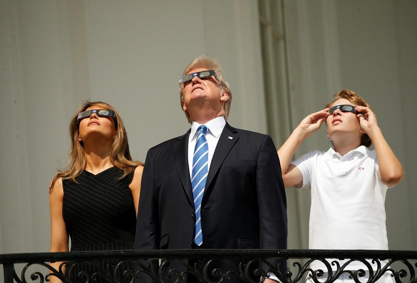 Trump y su esposa Melania observan eclipse desde la Casa Blanca
