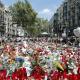 Turistas y ciudadanos de Barcelona continúan homenajeando a las víctimas