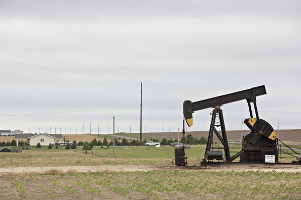 Un bombeo opera en campo petrolífero en Kansas