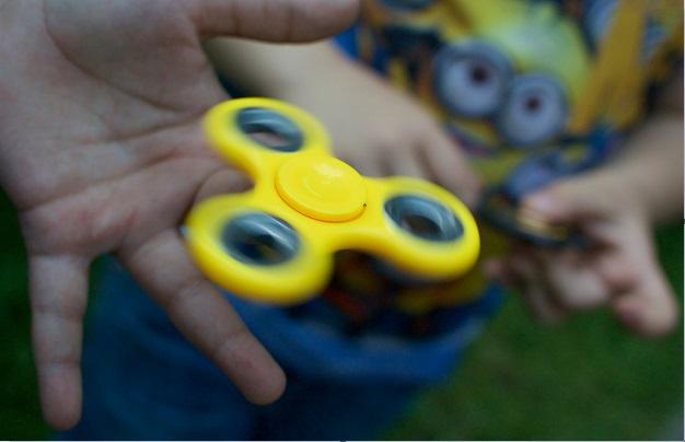 Niño juega con un spinner