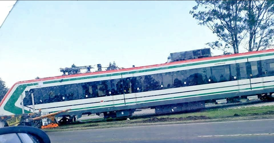 Vagon del tren interurbano cae de plataforma