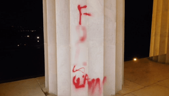 Vandalizan con grafiti el Monumento a Lincoln en Washington