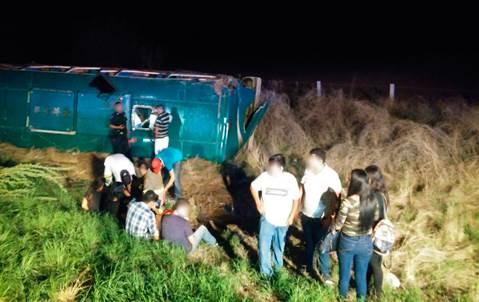 Volcadura de autobús en Sinaloa deja 45 heridos