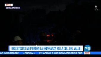 Rescatistas buscan vida entre los escombros en la colonia Del Valle