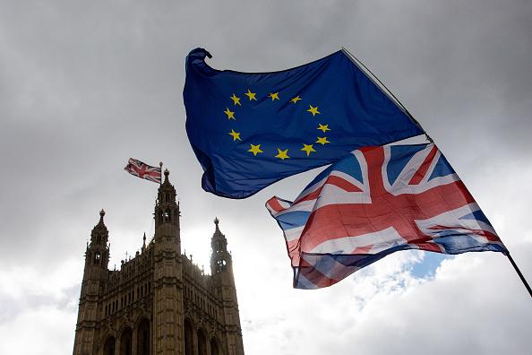Banderas de Reino Unido y Union Europea ondean