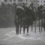 Cae segunda grúa en Miami por 'Irma' y se registran primeros saqueos