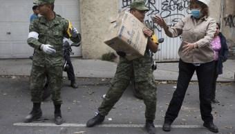 Soldados transportan víveres a centros de acopio