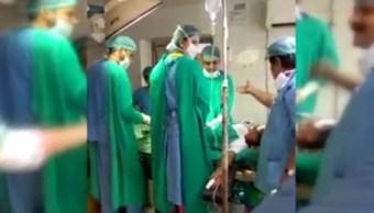 Un recién nacido muere mientras médicos pelean durante cesárea