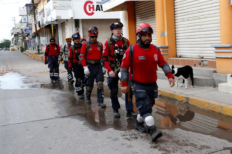 Brigadistas de Colima colaboran en Juchitán tras sismo