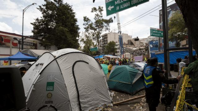 Campamento de familiares en zona de derrumbe de Álvaro Obregón 286, CDMX
