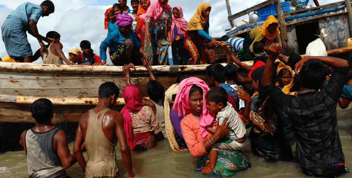 Decenas de refugiados rohinyá llegan a Bangladesh a través de la bahía de Bengala