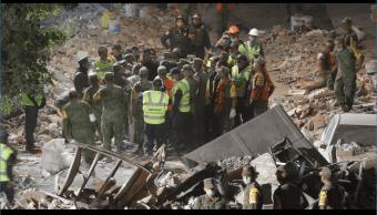 Decenas de rescatistas y voluntarios continúan buscando a posibles sobrevivientes