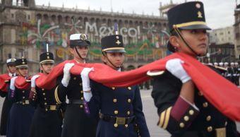 Mujeres comandan por primera vez contingentes en desfile militar