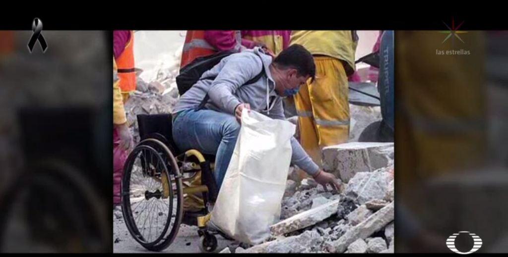 Eduardo Zárate brinda apoyo en su silla de ruedas tras sismo en CDMX