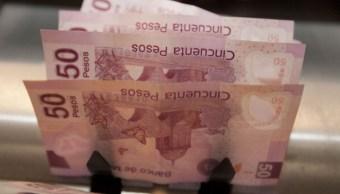 El peso mexicano gana por un dólar débil