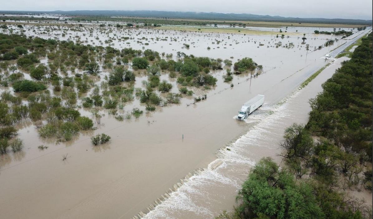 nician trabajos de reparación en autopista Monterrey-Nuevo Laredo