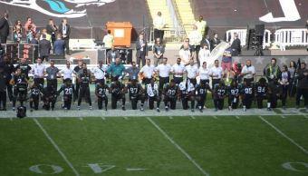 Veintena de jugadores de NFL se hincan en Londres