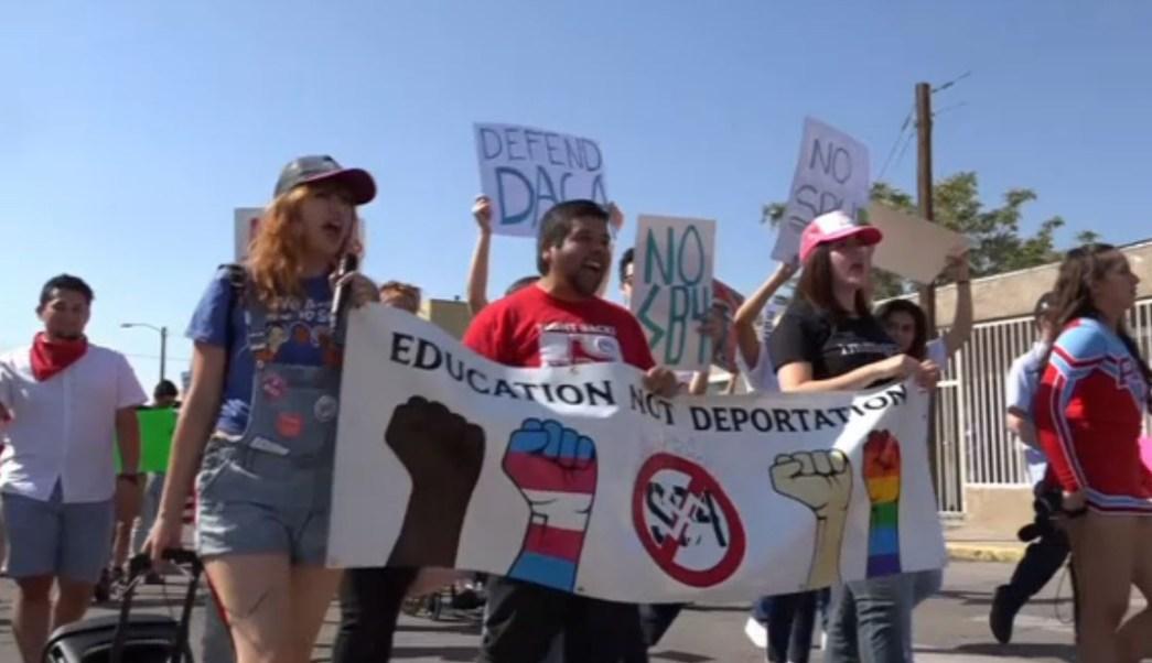 Marchan migrantes y dreamers en El Paso