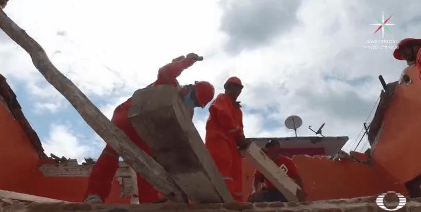 Migrantes centroamericanos retiran escombros en Oaxaca tras sismo
