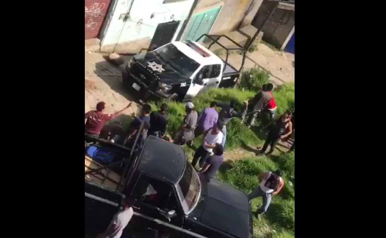 Intentan linchar a 2 y queman patrulla en Naucalpan