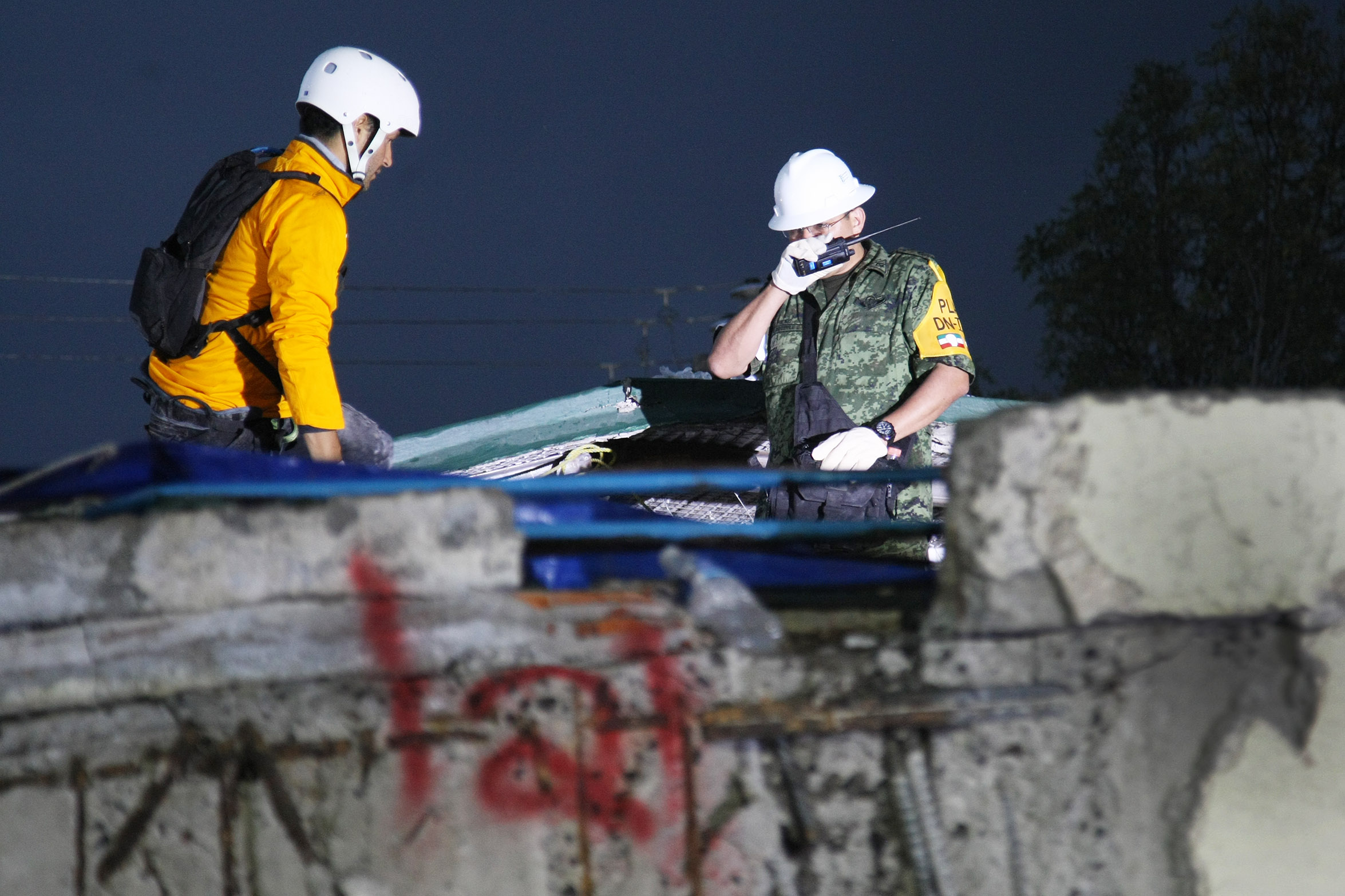 Rescatistas luchan por sacar a niña debajo de ruinas