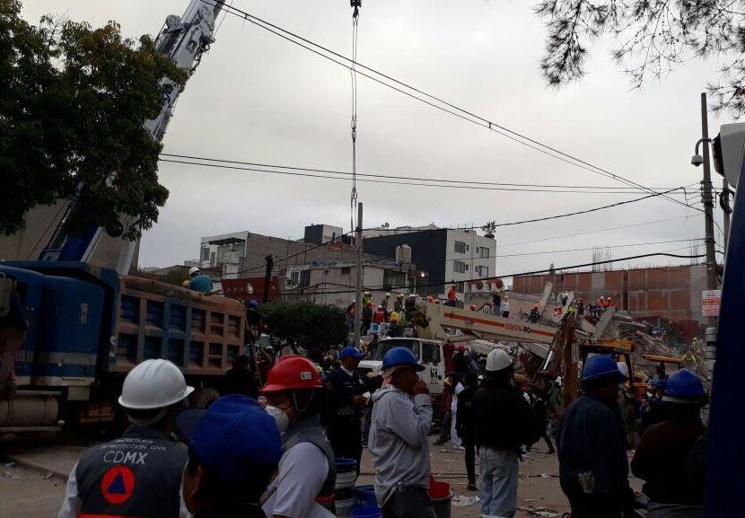 Rescatan con vida a una persona más en el edificio de Petén