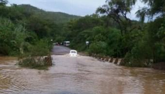 Se desborda el río Mixteco en Oaxaca; vehículos quedan varados