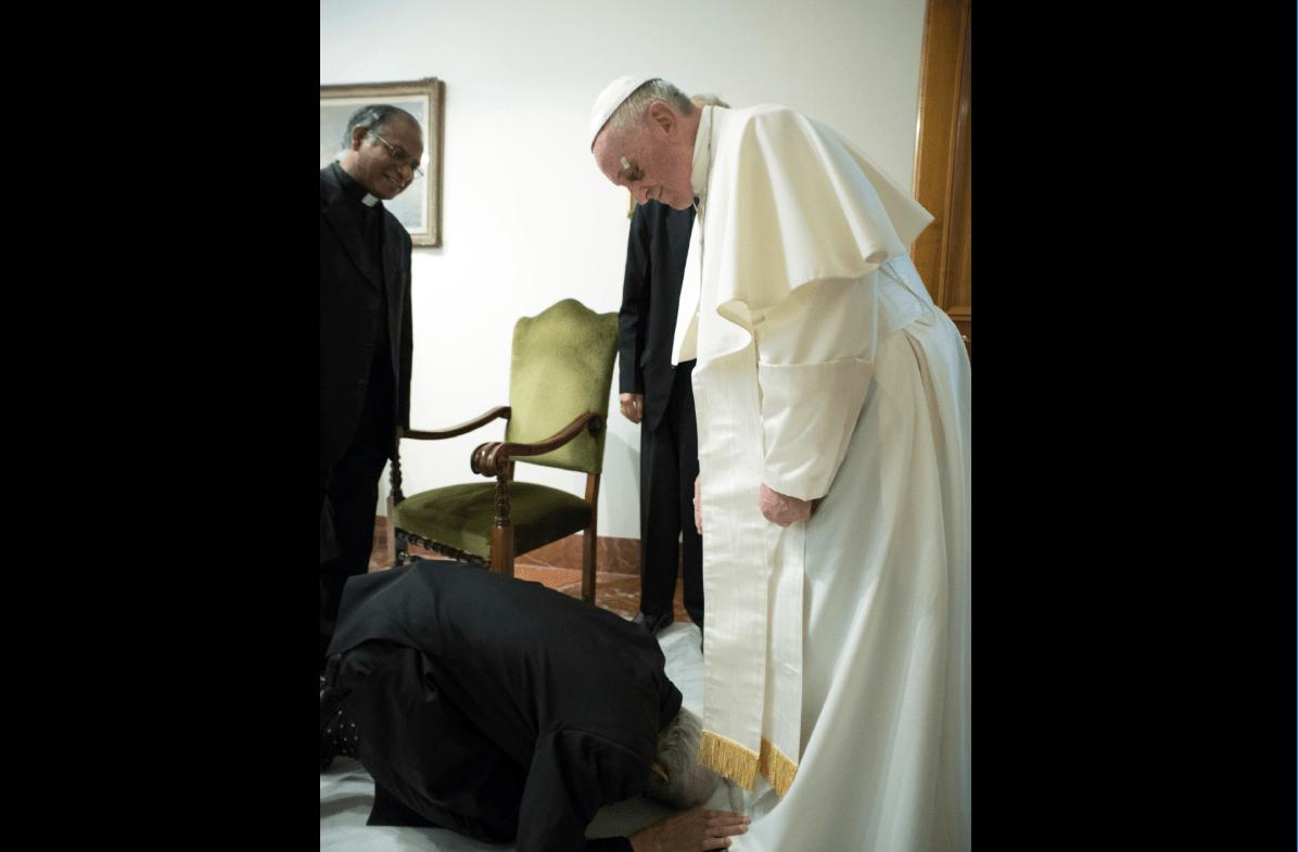 Sacerdote hindú besa los pies al papa y éste le pide levantarse