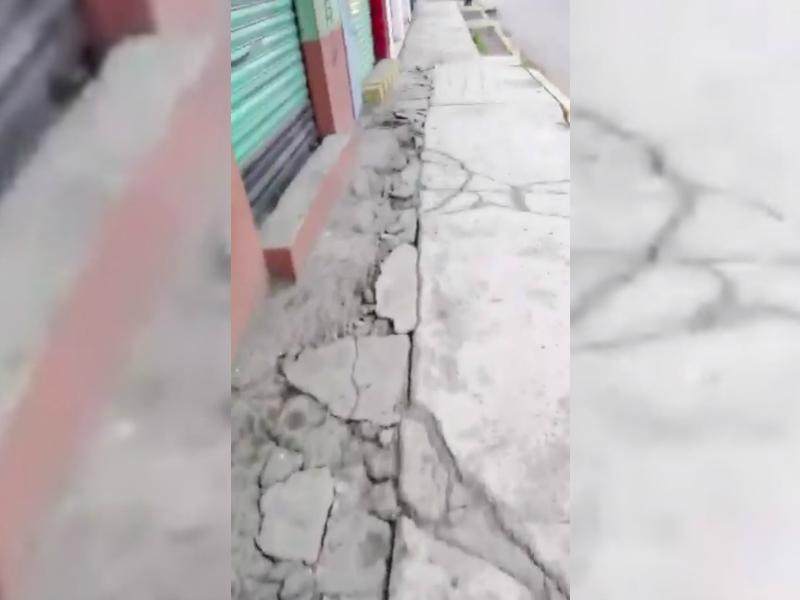 sismo provoca caida de bardas y grietas