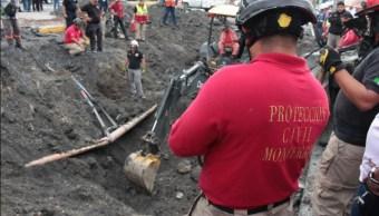 Buscan a mujer desaparecida tras caer a socavón en Monterrey