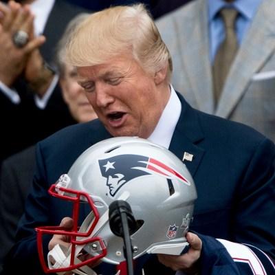 Por qué los jugadores de la NFL se siguen hincando ante la entonación del himno nacional