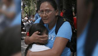 Una mujer abraza a una niña luego del terremoto del 19 de septiembre