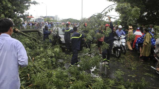 Un muerto y 289,000 evacuados por tifón Doksuri en Vietnam