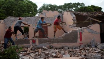 Voluntarios apoyan remoción de escombros en Ixtaltepec, Oaxaca, tras sismo del 7 septiembre