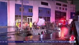 Recuperan cuerpo de mujer que cayó dentro de un socavón en Monterrey
