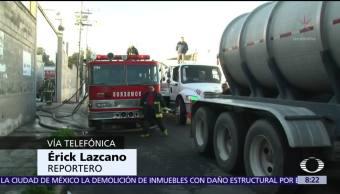 Bomberos de Ecatepec controlan incendio en fábrica de muebles