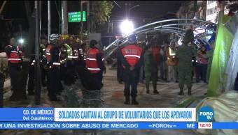 Soldados cantan a rescatistas en Álvaro Obregón 286