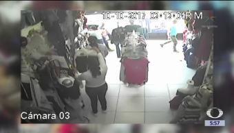 Mujeres roban en grupo tienda de ropa en Silao, Guanajuato