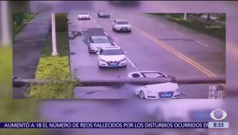 Grúa se desploma y aplasta coche en China; conductor sale ileso