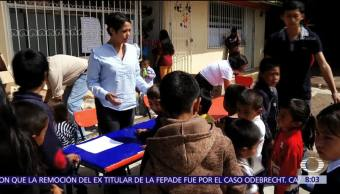 Niños indígenas de Tlaxcala reciben mochilas con regalos