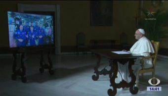 El papa Francisco conversa con astronautas