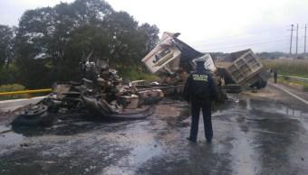 Chocan dos camiones de carga en Puebla; hay un muerto