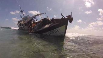 Barco pesquero encalla en zona de corales en Yucatán