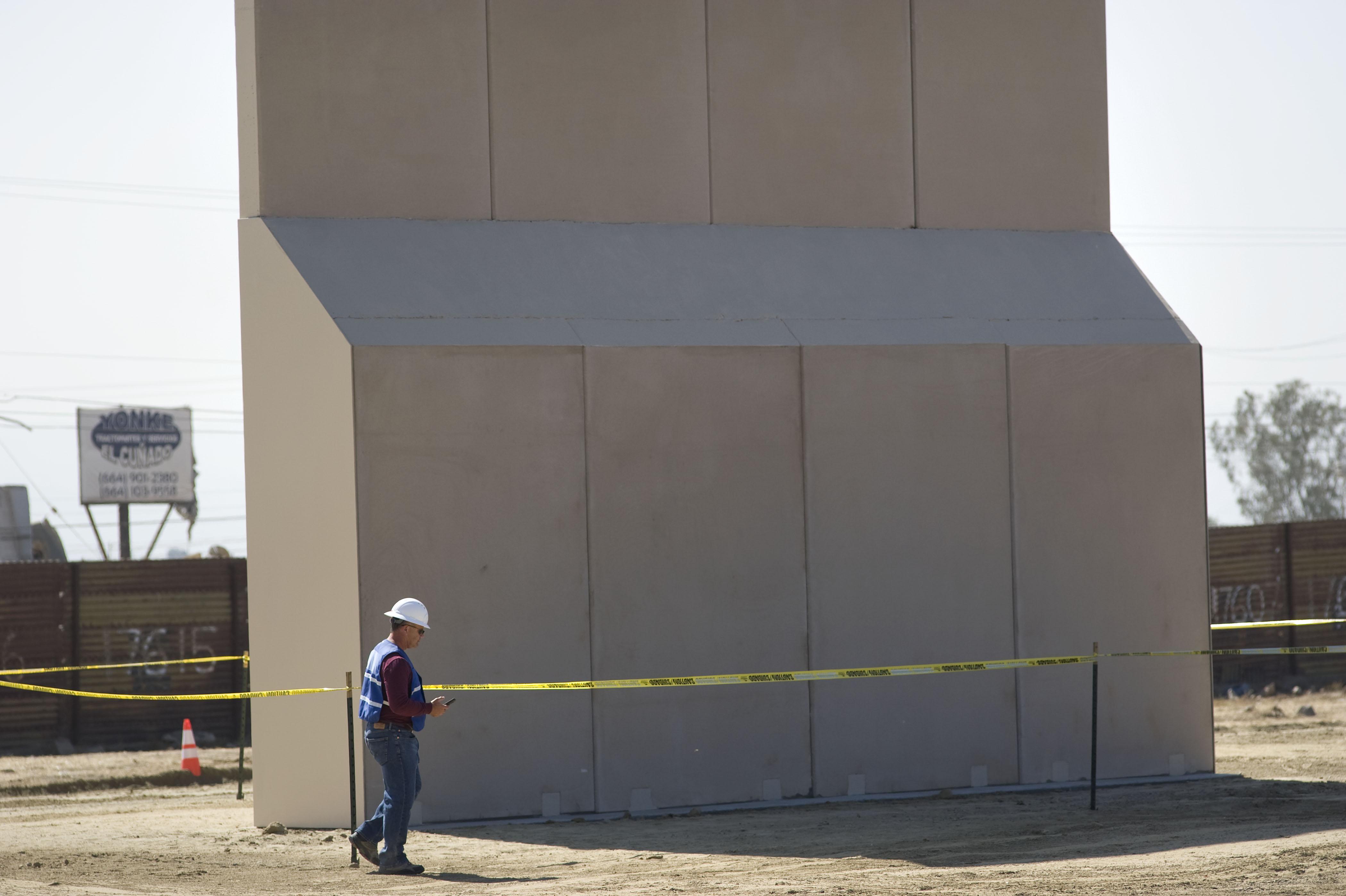 Avanza construcción de prototipo del muro fronterizo en California