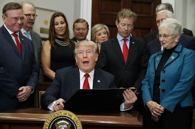 Trump firma orden para promover seguros de salud accesibles para estadounidenses
